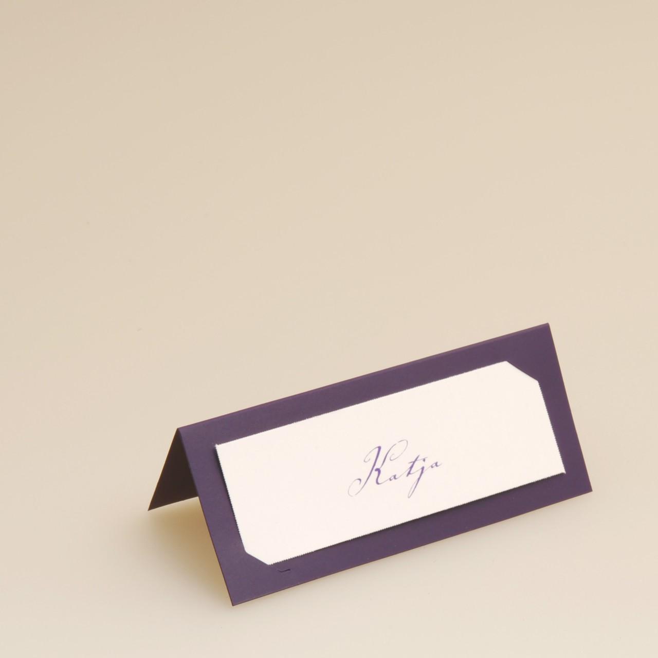 Lilafarbene Tischkarte mit weißem Einstecker