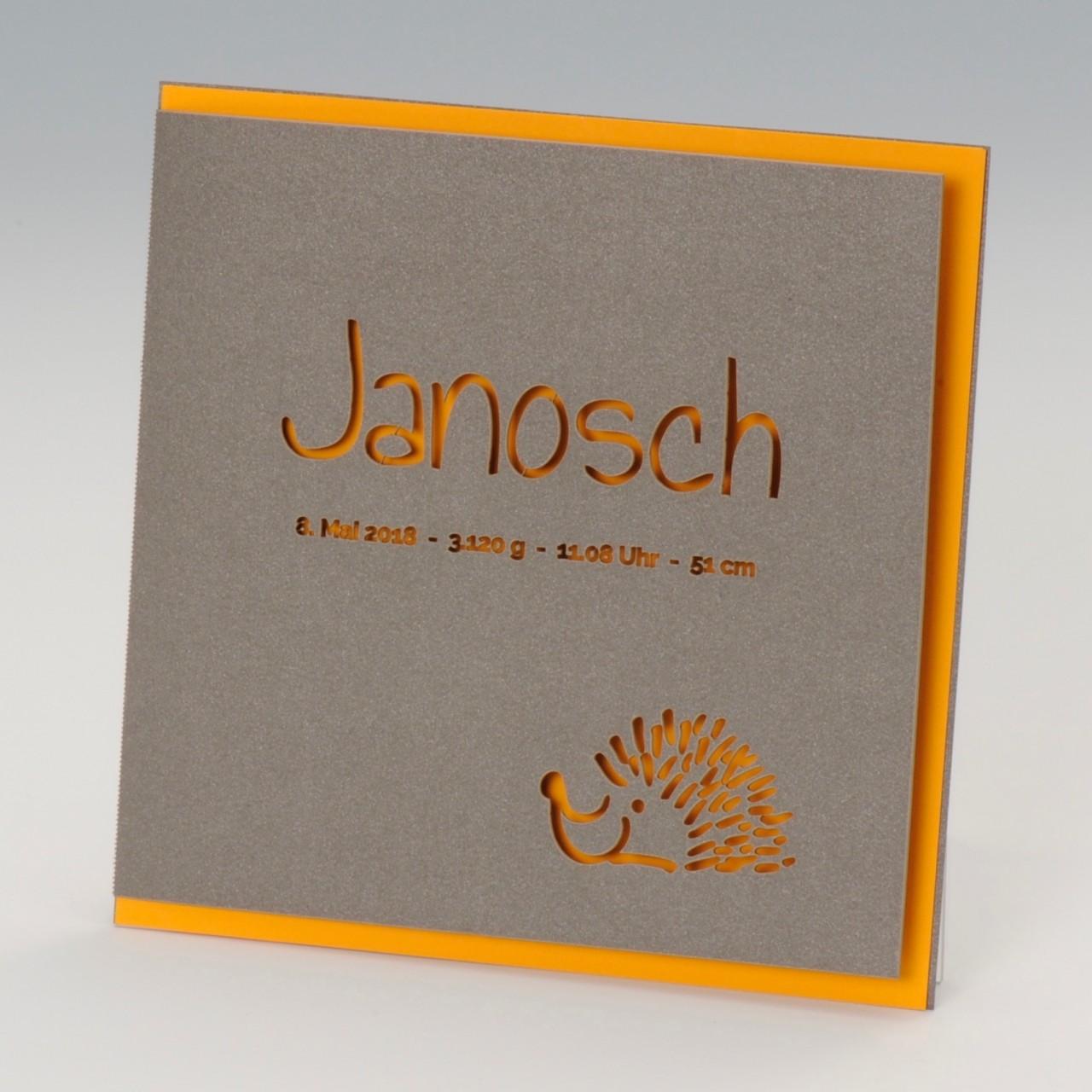 Außenkarte mit Namen-Laserung und orangem Einleger, Kuvert weiß.