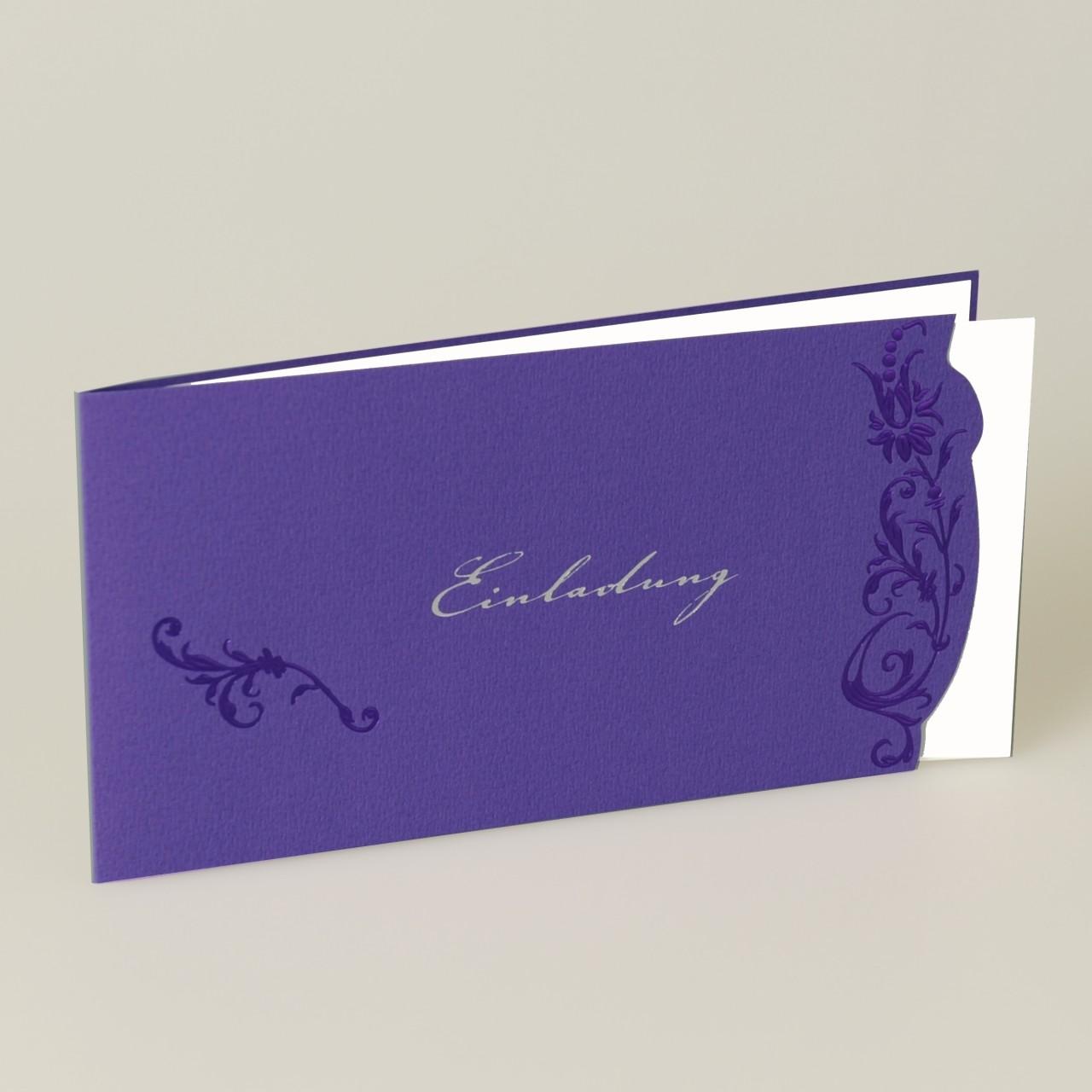 Lilafarbene Einladungskarte mit Foliendruck, Einleger weiß, Kuvert weiß.
