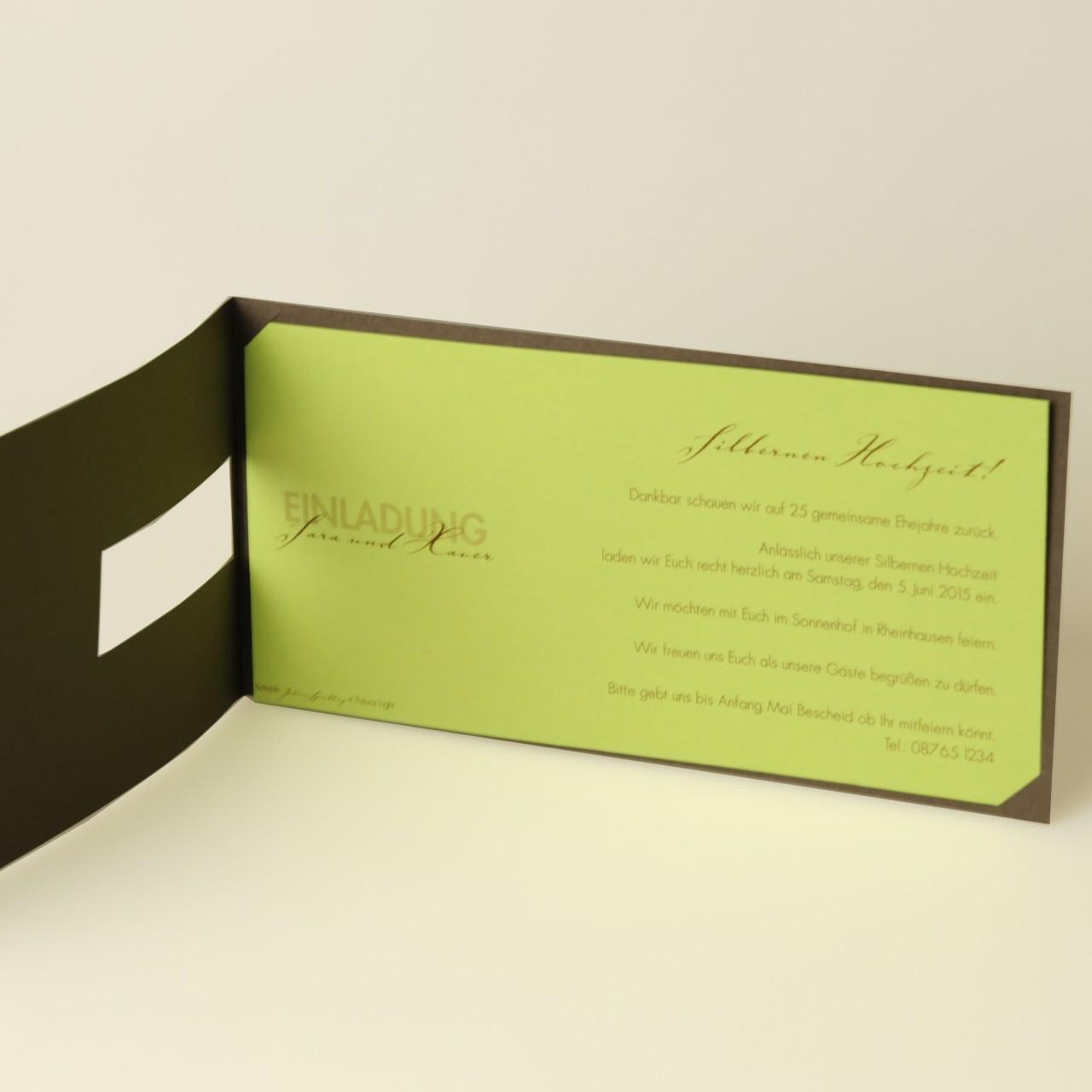 Dunkelbraune Einladungskarte mit gedruckten Blumenranken, grünem Einstecker und Kuvert grün.