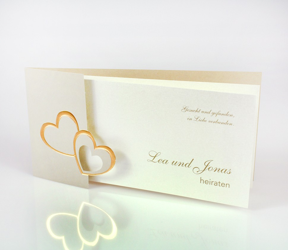 Goldene Einladungskarte mit geprägten Herzen
