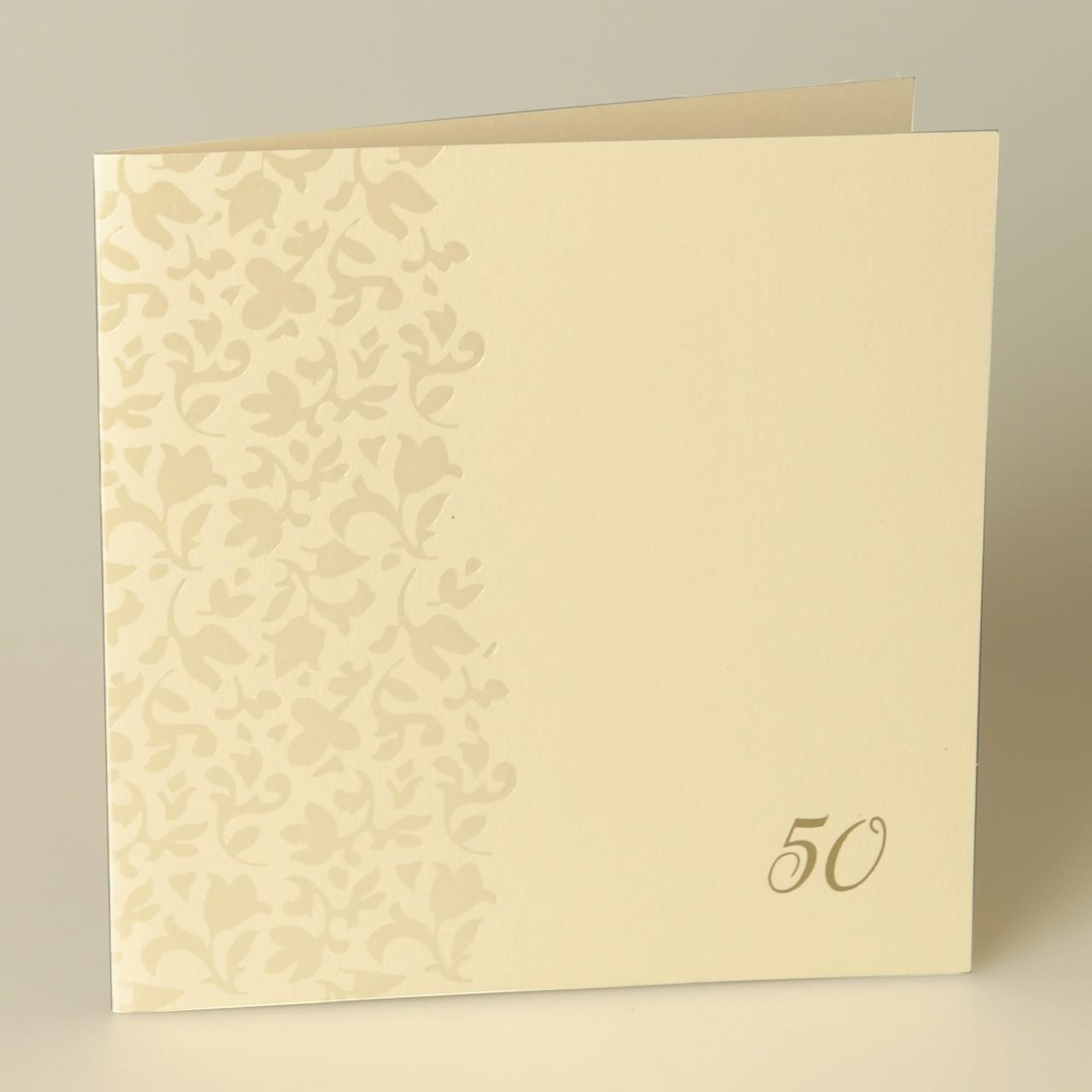 Cremefarbene quadratische Karte mit perlmuttfarbenen Ornamenten und individueller Zahlenprägung in gold, Kuvert beige.