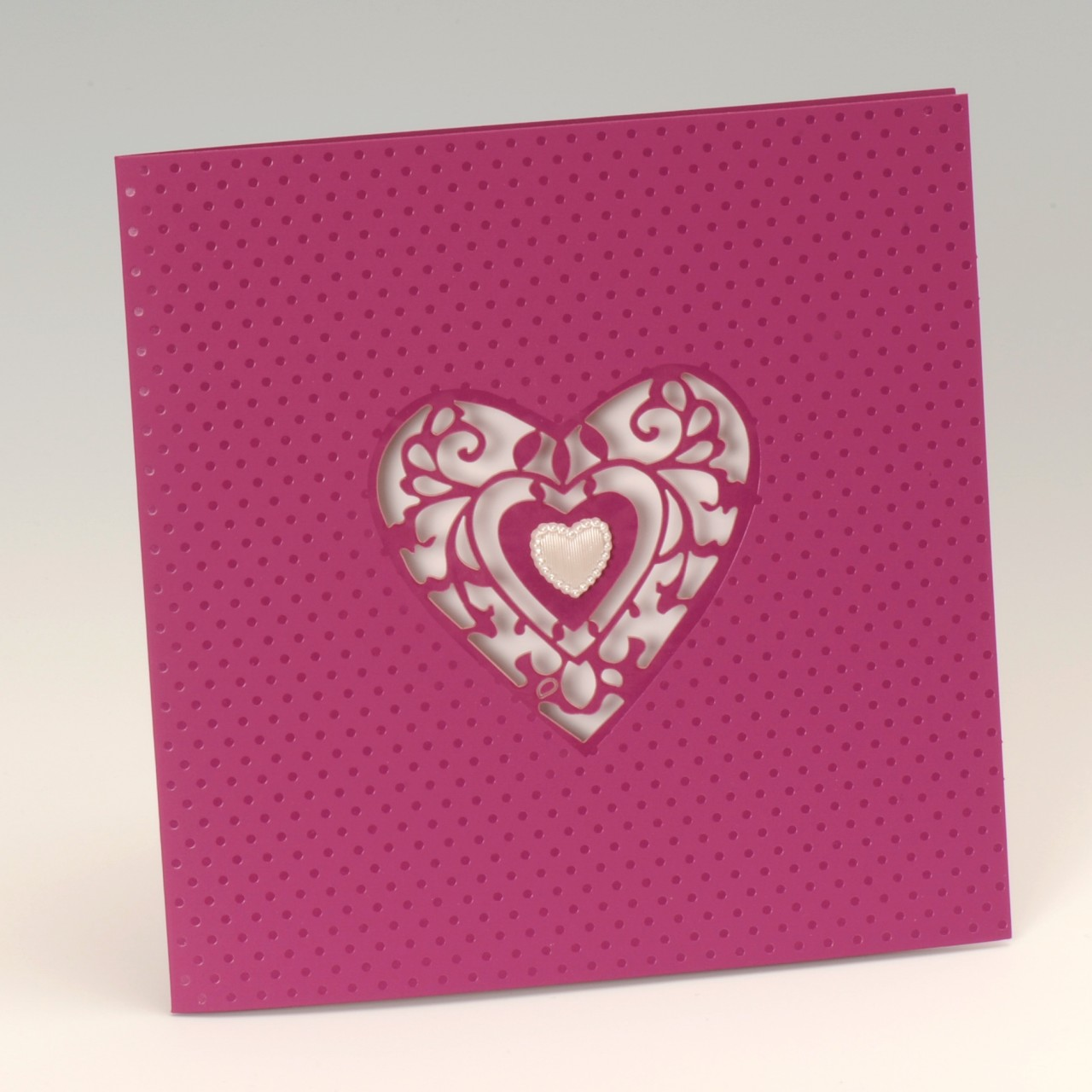 Lilafarbene Einladungskarte mit perlmuttfarbenem Herz