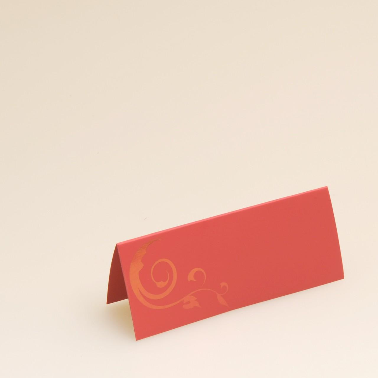 Rote Tischkarte mit foliengeprägter Ranke