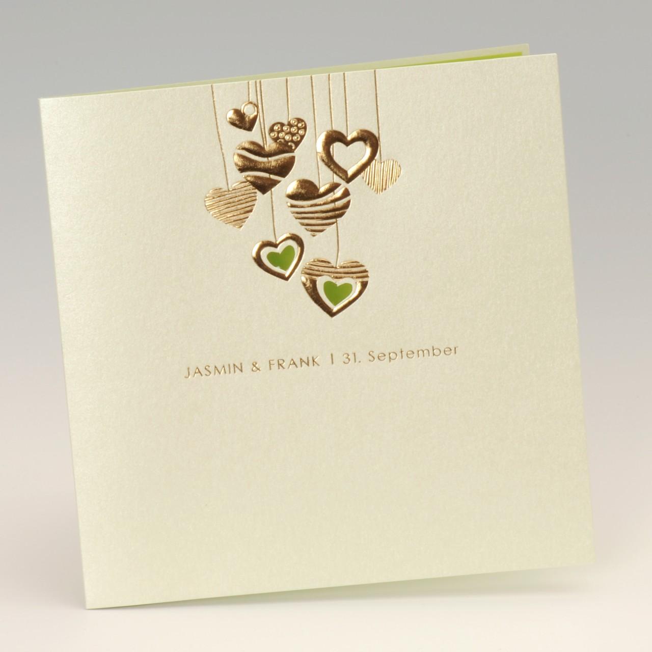 Mintgrüne Karte mit geprägten Herzen und grünem Einleger<br> <b> Folienprägung (Namen) bereits im Preis inbegriffen! </b>