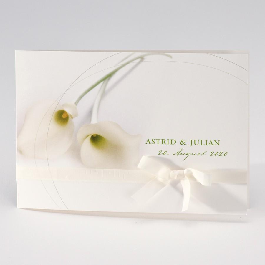 Weiße Karte mit Blumenmotiv und Kuvert.