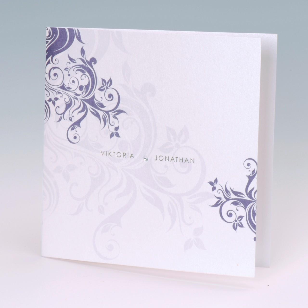Die Hochzeitskarte Glitzer kann sehr individuell gestaltet werden und setzt den Namen des Brautpaares gekonnt in Szene. Jetzt online bestellen.