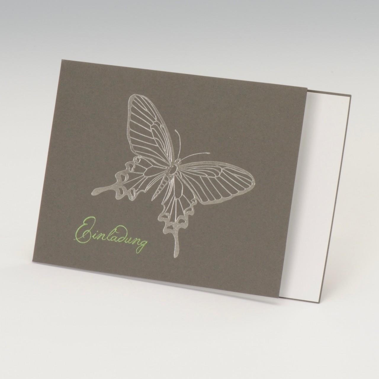 Graue Karte mit silber geprägtem Schmetterling auf der Vorderseite, Einleger weiß, Kuvert grün.