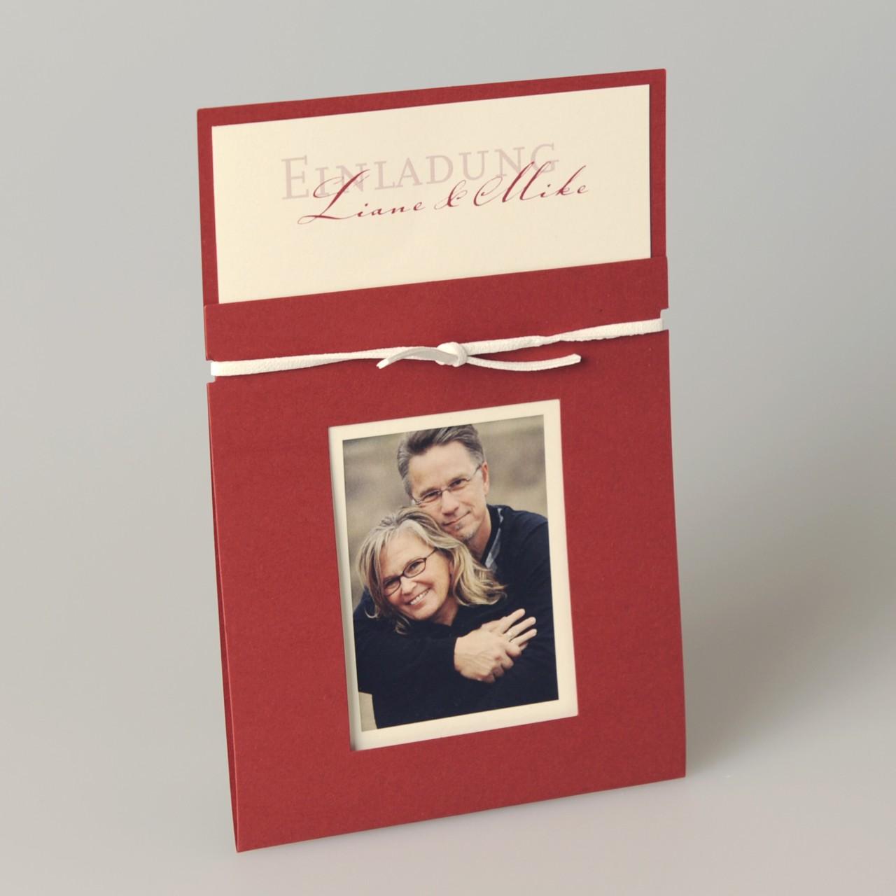 Rote Einladungskarte mit weißem Lederband, beigem Einleger und individuellem Foto, Kuvert beige.