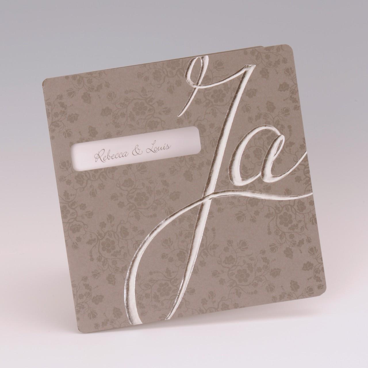 Die Hochzeitskarte Blumendesign in Silber bringt Ihr Vorhaben beim ersten Anblick zum Ausdruck. Unterstrichen wird dies durch den Eindruck Ihrer Namen.