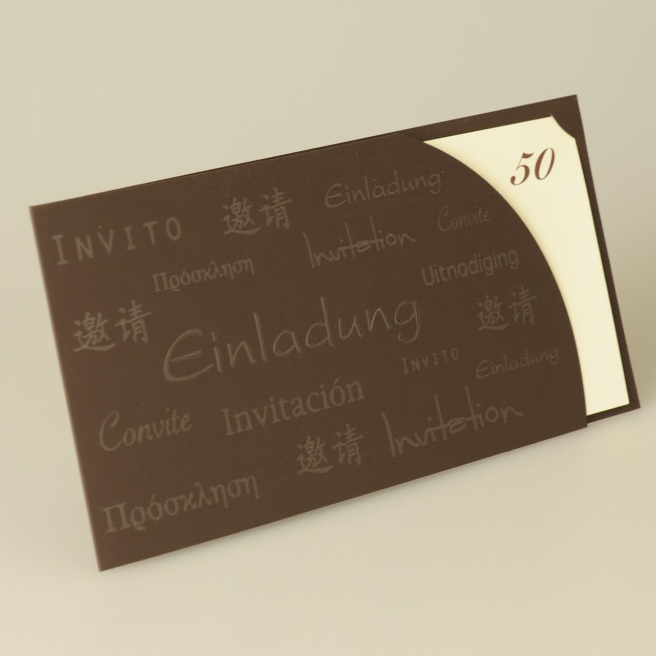 Dunkelbraune Karte mit Folienprägung auf der Vorderseite.