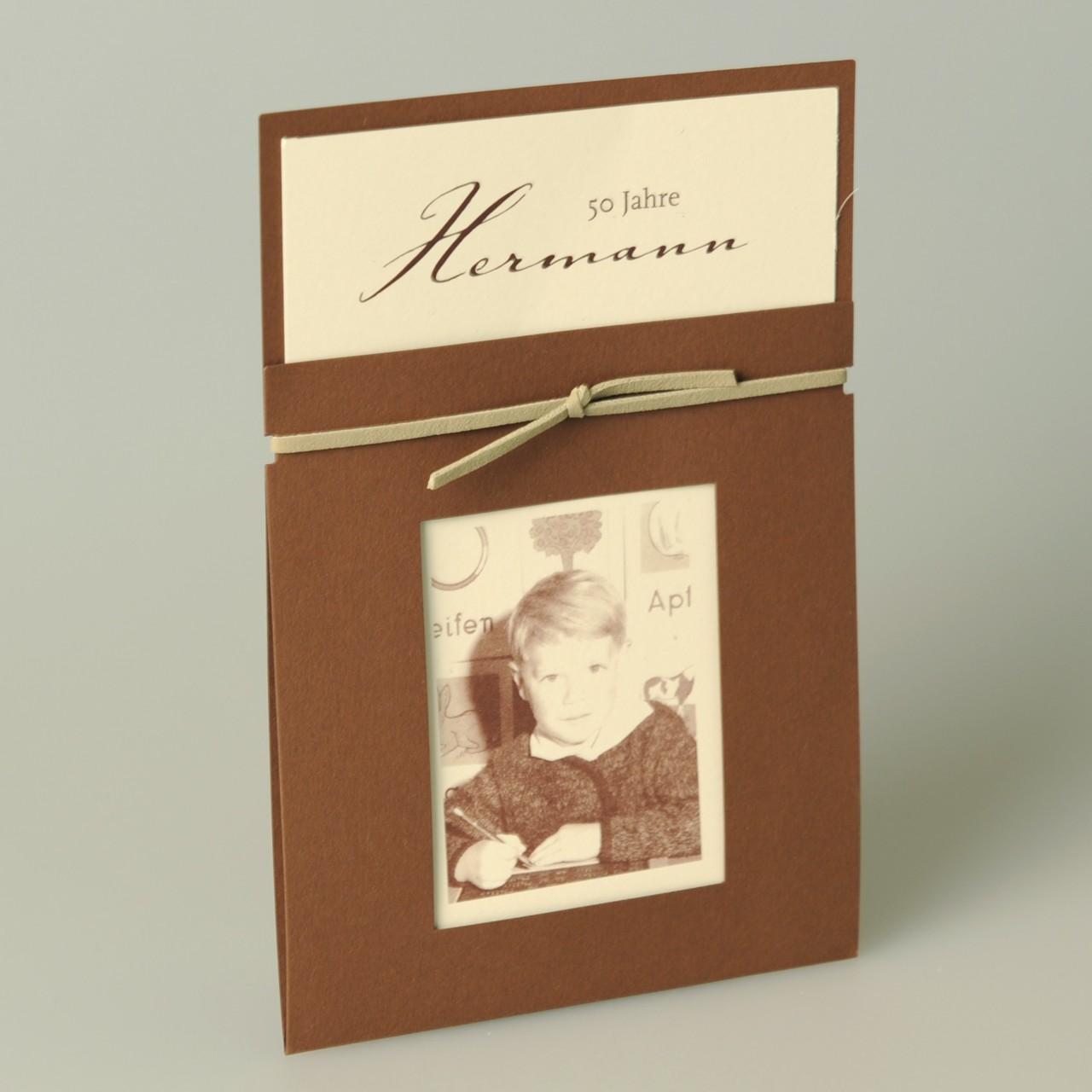 Braune Einladungskarte mit braunem Lederband, beigem Einleger und individuellem Foto, Kuvert beige.