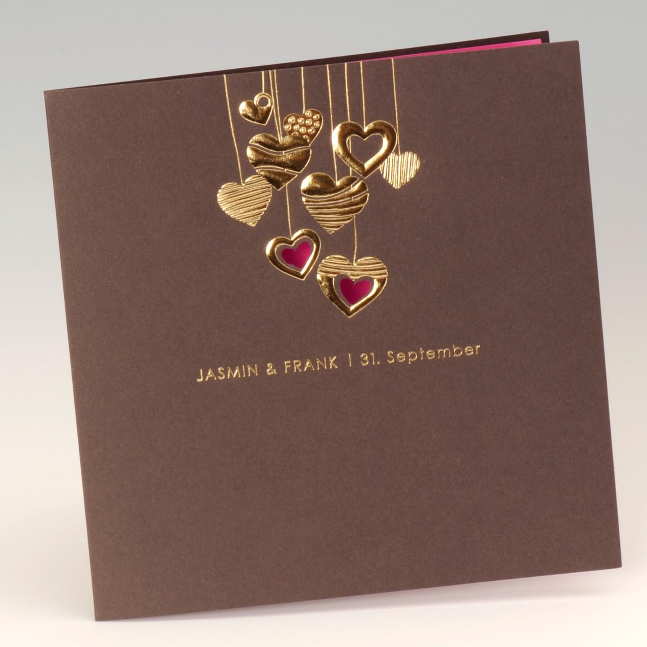 Dunkelbraune Karte mit geprägten Herzen und pinkfarbenem Einleger<br> <b> Folienprägung (Namen) bereits im Preis inbegriffen! </b>