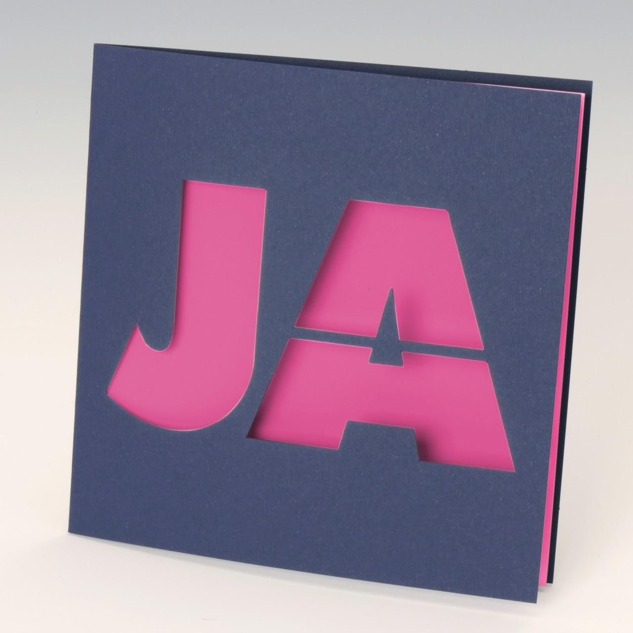 """Dunkelblaue Einladungskarte mit großem gestanzten """"JA"""" und finkfarbenem Einleger"""