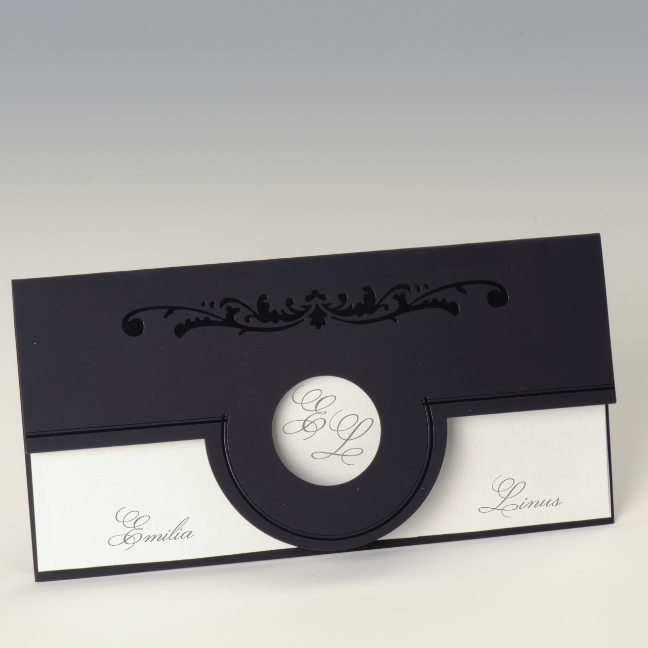 Lilafarbene Einladungskarte mit runder Ausstanzung