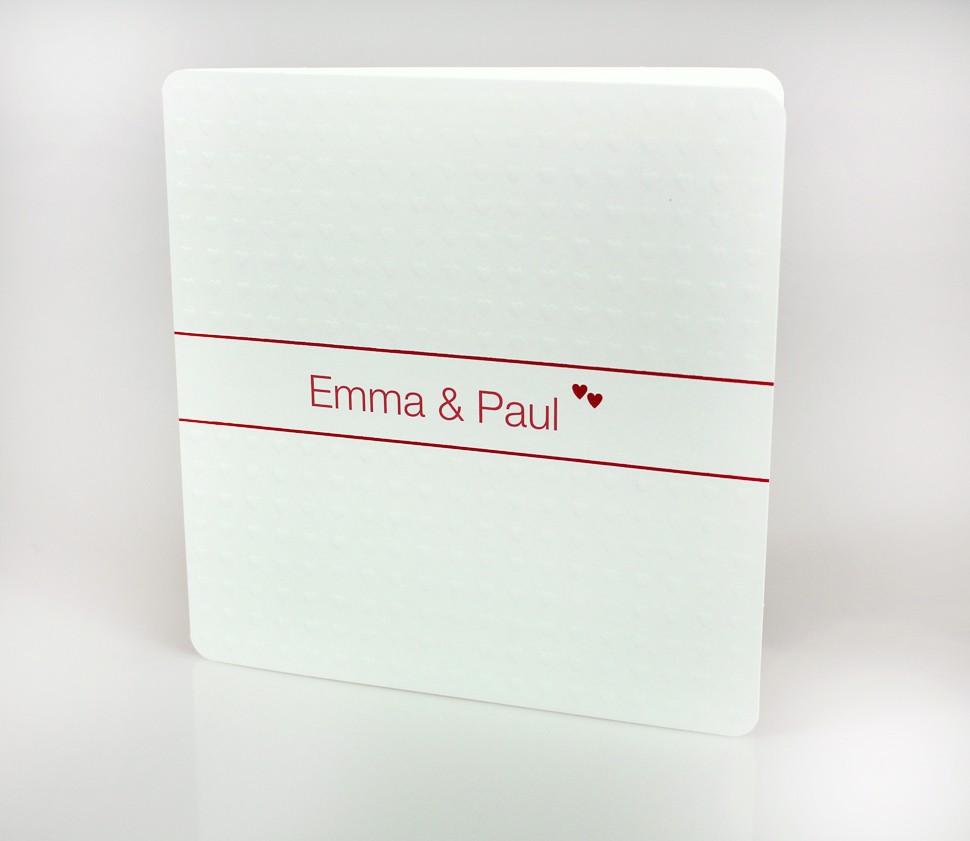 Weiße Einladungskarte mit blind-geprägten Herzen