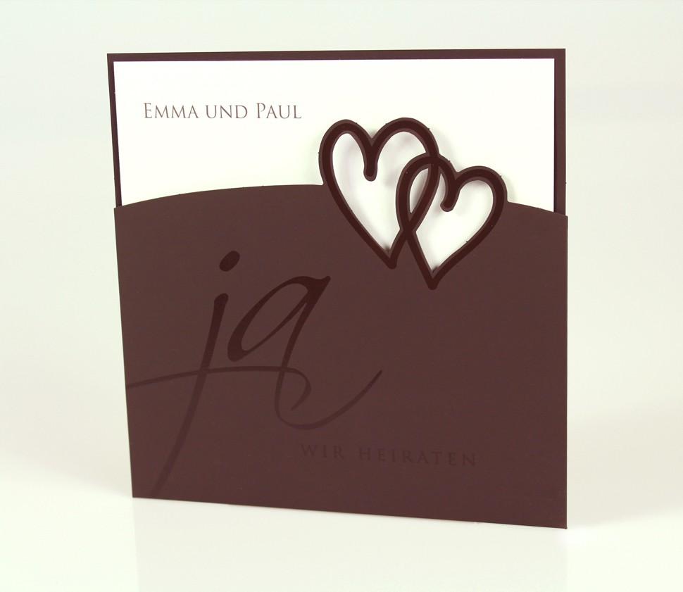 Dunkelbraune Einladungskarte mit gestanzten Herzen