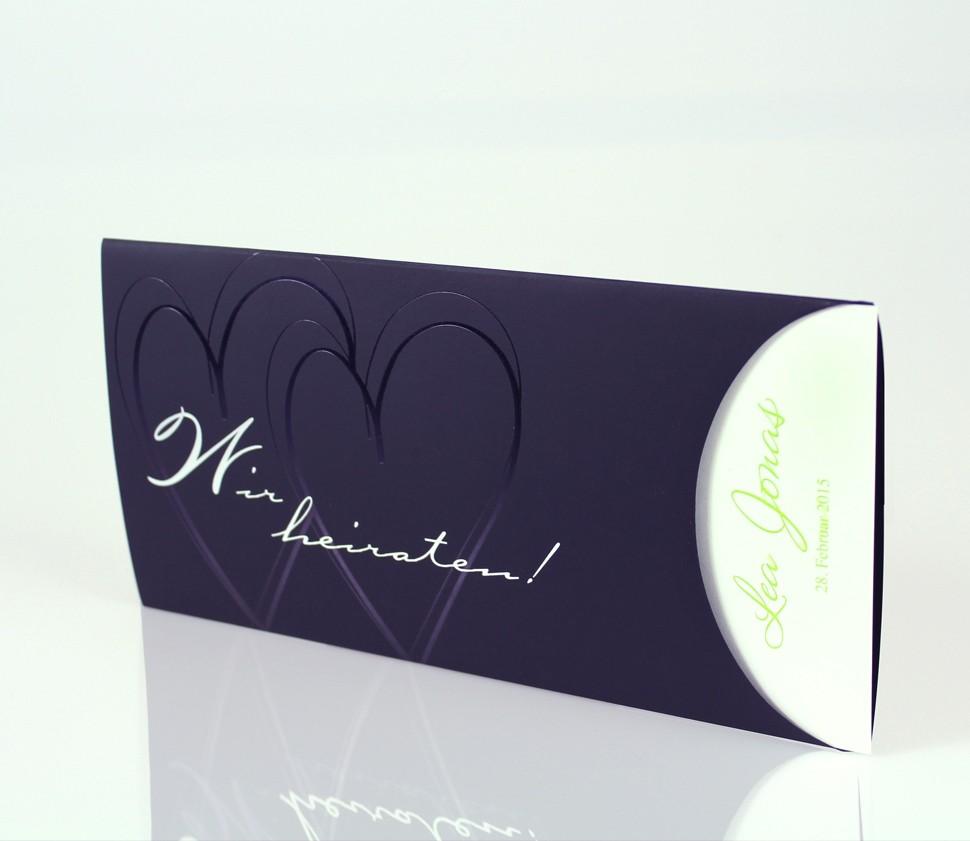 Elegante, schwarze Einladungskarte mit geprägten Herzen