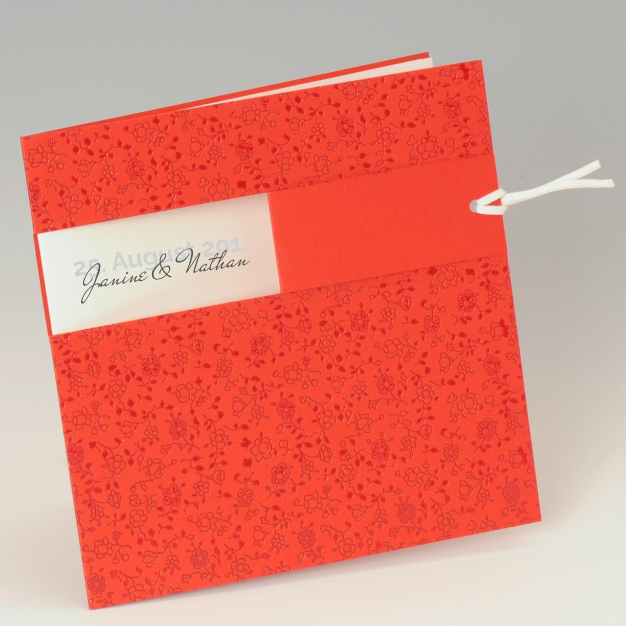 Rote quadratische Karte mit foliengeprägten Ornamenten und Lederband