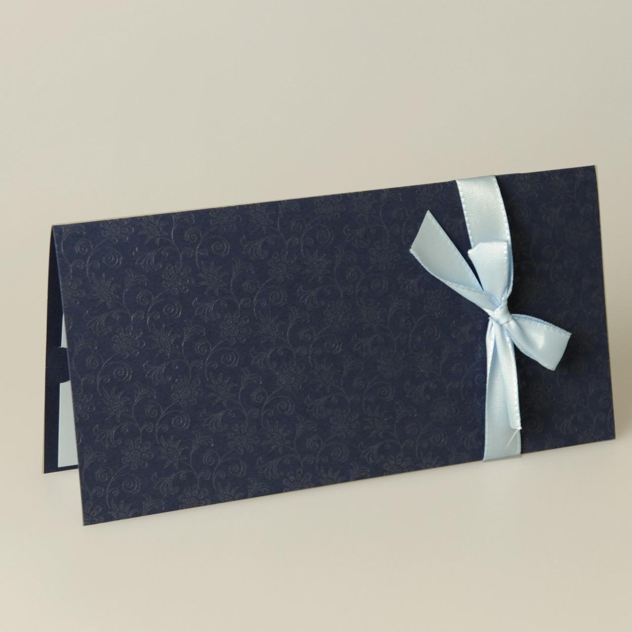 Dunkelblaue Einladungskarte mit geprägten Ornamenten und hellblauem Band.