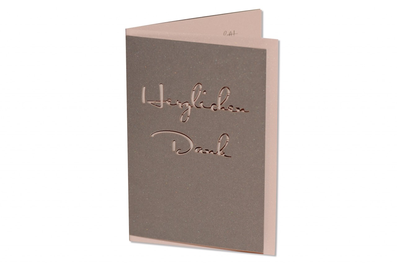 Die Dankkarte Lasercut ist im zurückhaltenden Stil präzise gearbeitet und eignet sich als Fotokarte zum Bedanken am Mitfeiern Ihrer Hochzeit bei den Gästen.