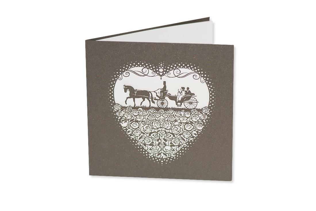 Klassisches Design trifft auf angesagten Lasercut: Die Hochzeitskarte Kutsche bezaubert in ihrer Feinheit die geladenen Gäste und zeigt viel Stilgefühl.