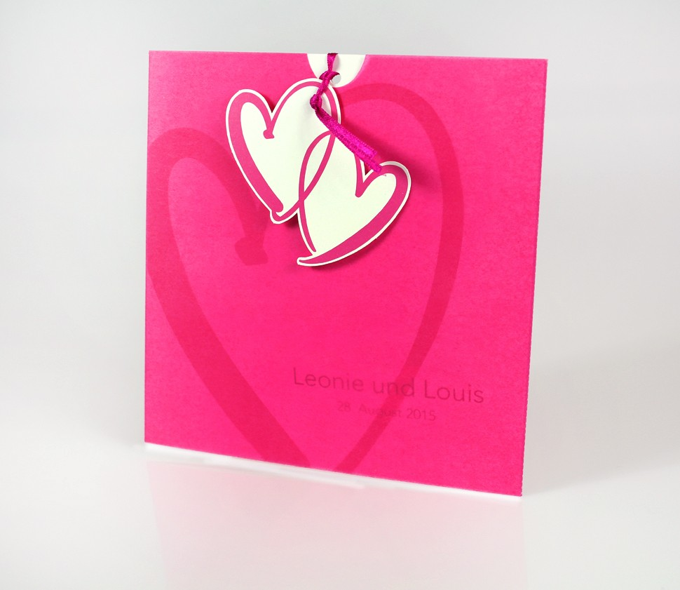 Pinkfarbene Einladungskarte mit gedruckten Herzen