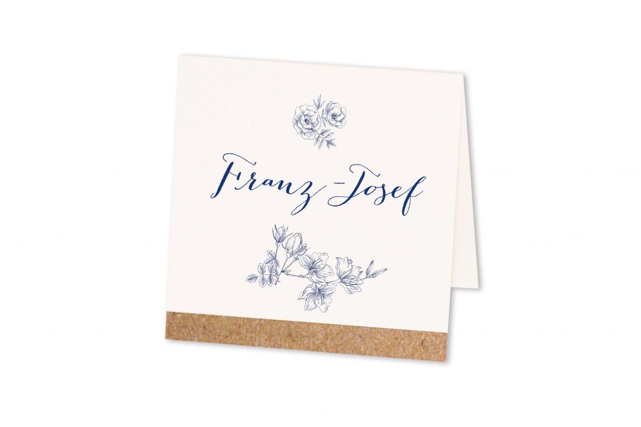 Die Tischkarte Blaue Blumen sorgt ohne Aufdringlichkeit für eine stimmige Sitzordnung Ihrer Hochzeitsgäste an der Festtafel. Jetzt online bestellen.