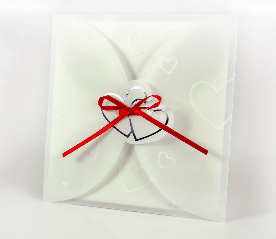 Einladungskarte aus Pergament mit Herzen