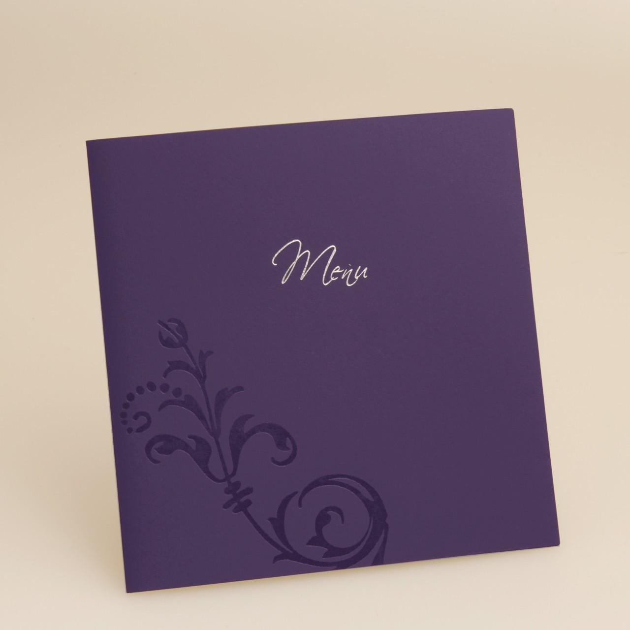 Quadratische, lilafarbene Menükarte mit Silberfolienprägung.