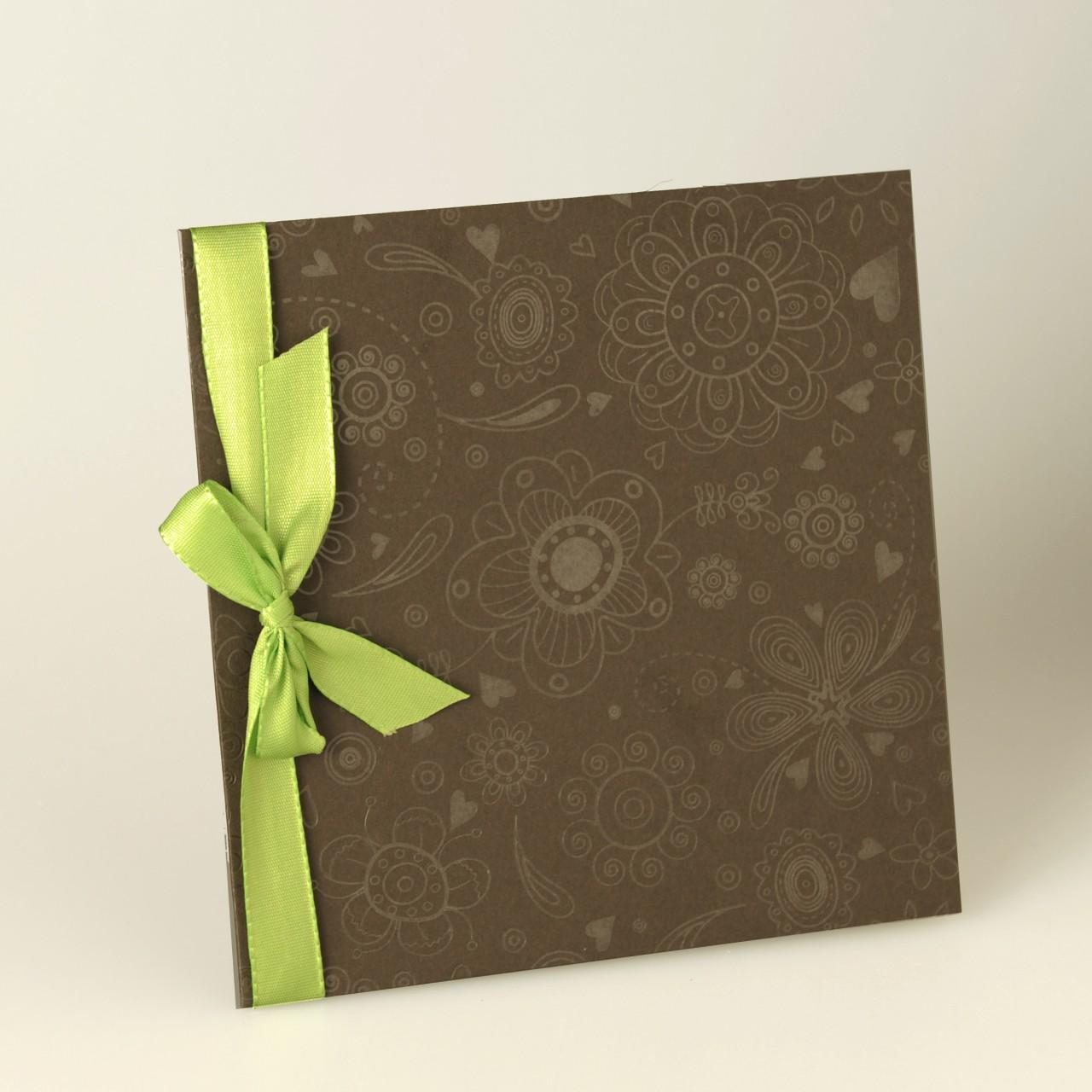 Braune quadratische Karte mit gedruckten Blumen und Herzen, grünes Satinband, Einlegeblatt grün, Kuvert creme.